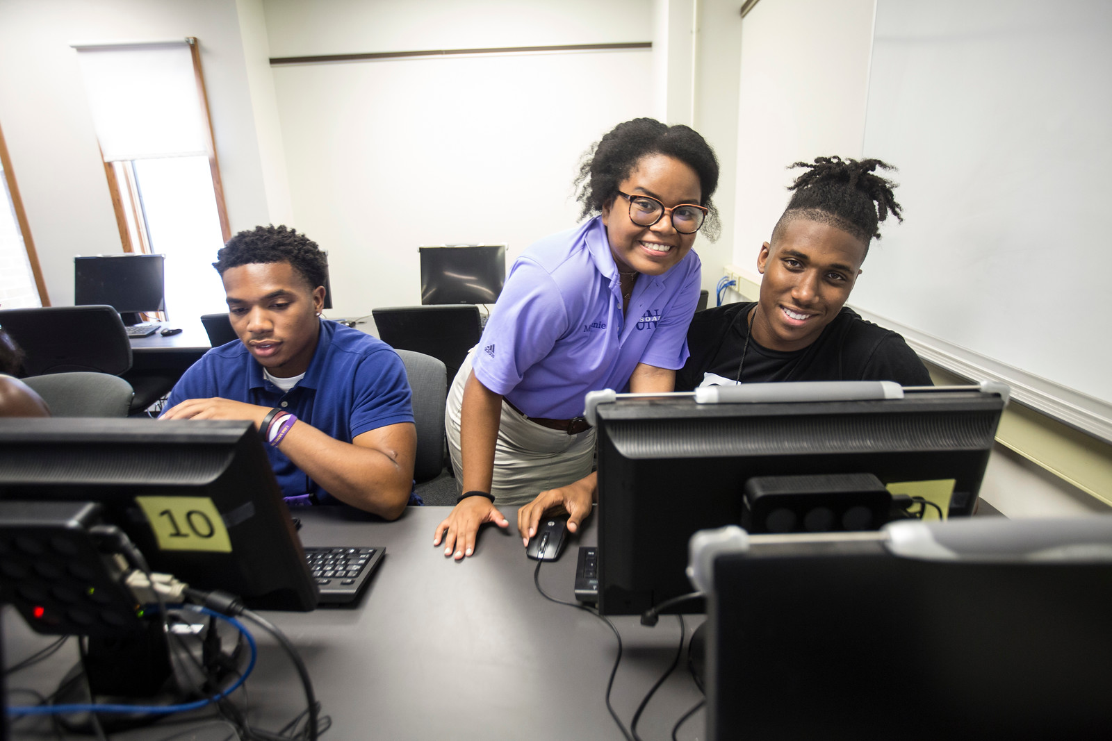 Students at the University of North Alabama getting help with registration.